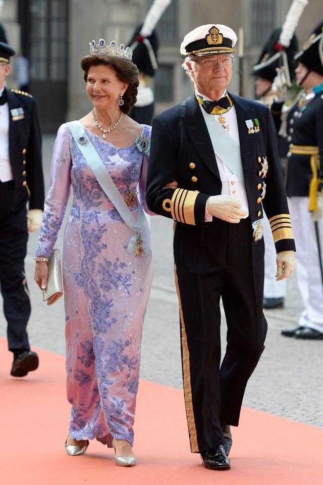 Königin Silvia in dezentem Blumenkleid