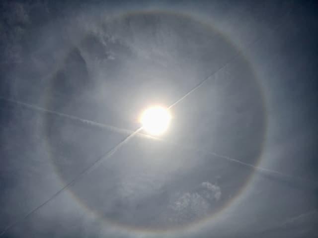 Regenbogenfarbiger Ring um die Sonne.