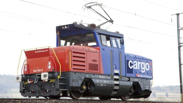 Rot-blaue Lokomotive der SBB Cargo.