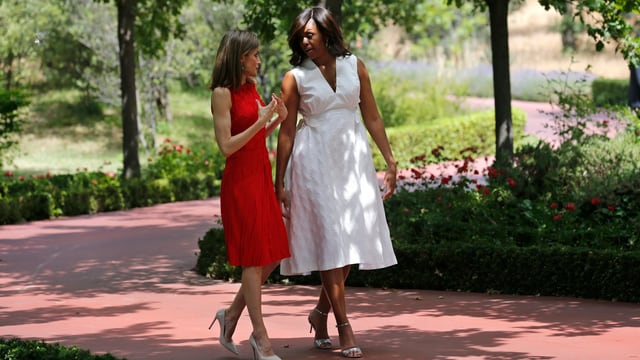 Zwei Damen laufen im Park