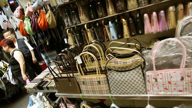 Gefälschte Taschen in einem Geschäft in Hongkong.