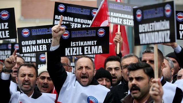 Demonstrierende Männer mit Plakten für die Operation Olivenzweig.