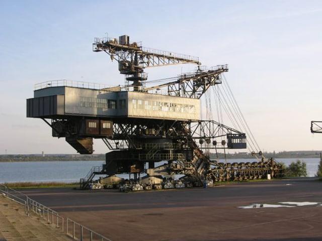 Blick auf eine grosse industrielle Maschine am Wasser