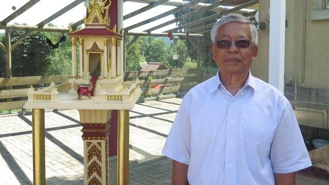 Kambotschaner steht vor Modell eines Tempels