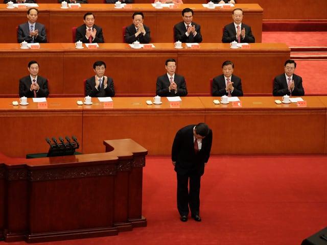 Xi verbeugt sich am Parteikongress der Kommunistischen Partei Chinas.
