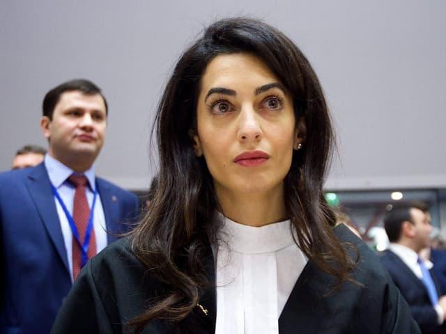 Amal Ramzi bereitet sich auf den Gerichtsprozess in Luxemburg vor. Sie trägt eine Anwaltsrobe.