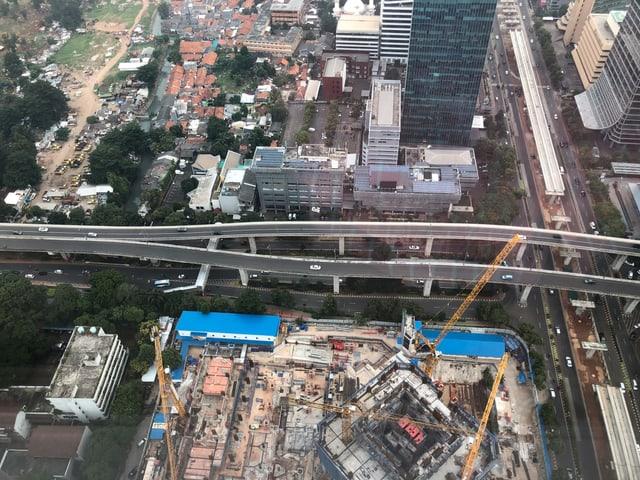 Zwei Strassenbrücken von oben