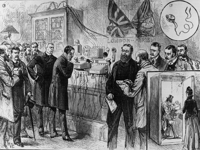 Eine schwarz-weiss Zeichnung zeigt Männer in Gehröcken die einen Mann am Telefon zuschauen. Im unteren Teil ist der Mann am anderen Ende der Leitung zu sehen, der in einer Kabine sitzt.