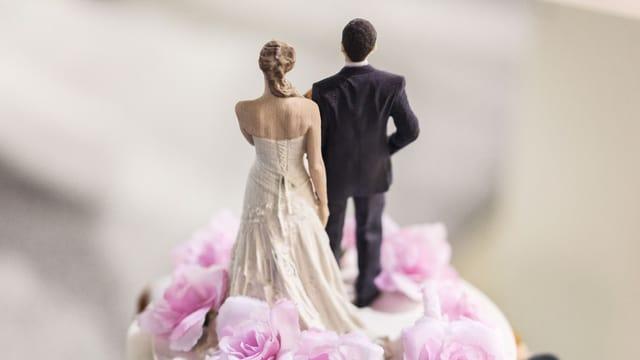 Brautpaar auf einer Hochzeitstorte