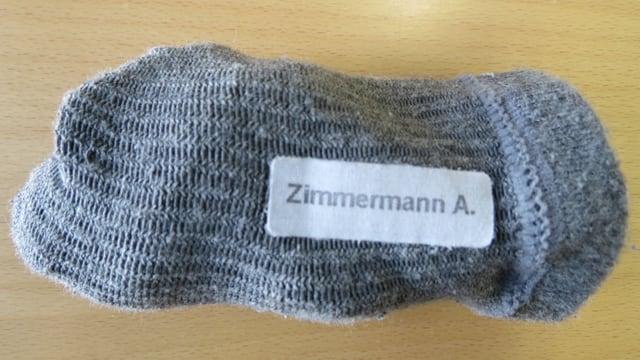 Ein Paar graue Socken mit der Aufschrift «Zimmermann A.» trug der Unbekannte, als er am Sonntagmorgen in Möhlin vom Zug überfahren wurde.