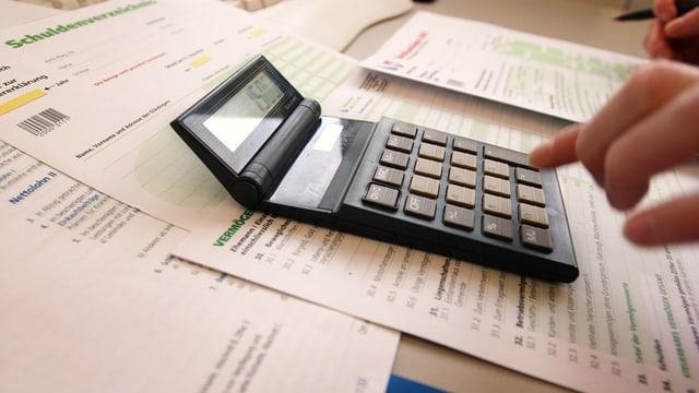 Steuerunterlagen und Taschenrechner.