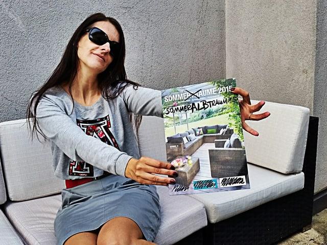 Frau sitzt auf Kunstrattan