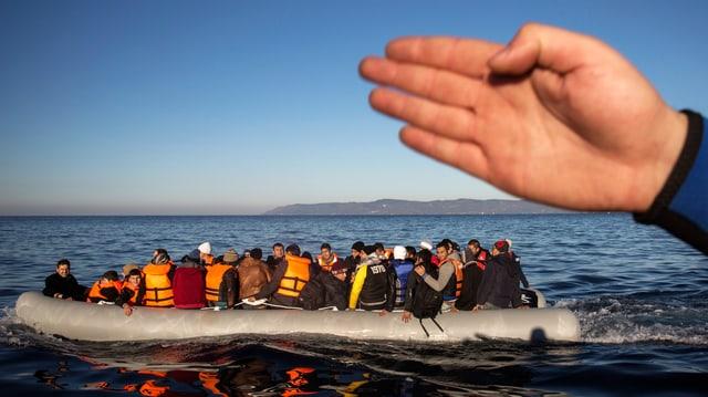 Eine Hand zeigt einem gut gefüllten Schlauchboot, wp's lang geht.