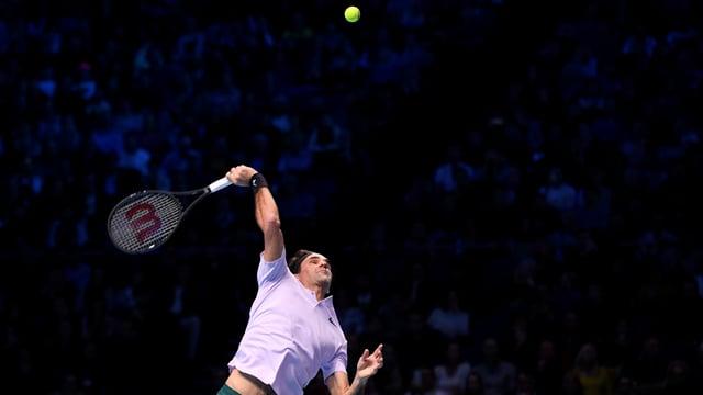 Roger Federer serviert.