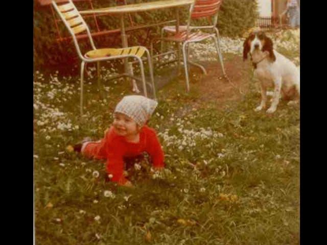 Riccarda Trepp als Kind und ein Hund im Garten.