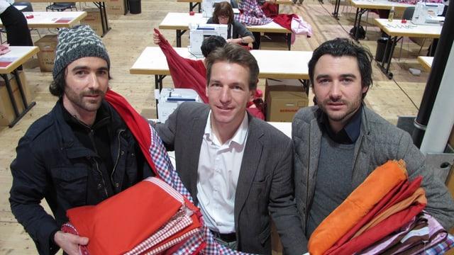 Patrik (link) und Frank (rechts) Riklin sehen zusammen mit Rolf Geiger, wie ihr Projekt «Big Nik» immer grösser wird.