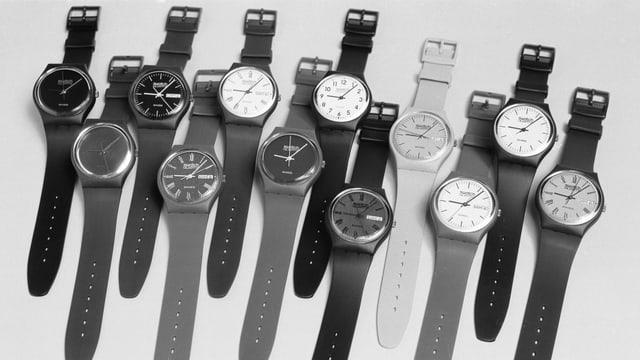 Swatch-Uhren ausgelegt auf einem Tisch