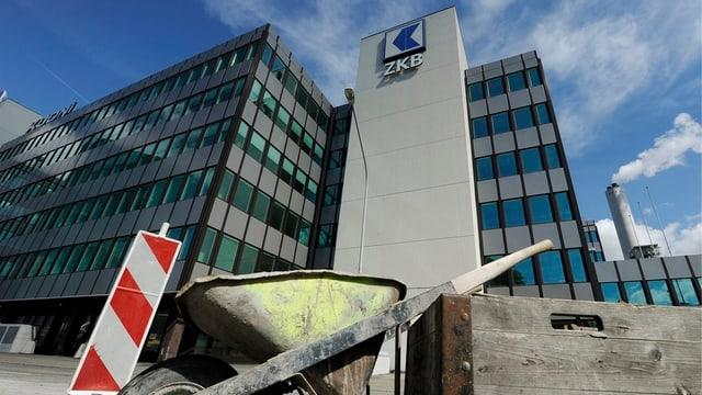 ZKB Gebäude im Hintergrund, im Vordergrund eine Baustellen-Schubkarre
