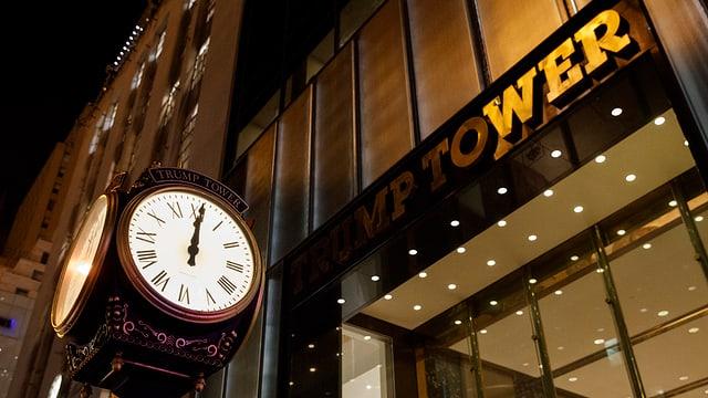 l'ura davant ses «Trump Tower» a New York City, fotografada curt avant las 12:00.