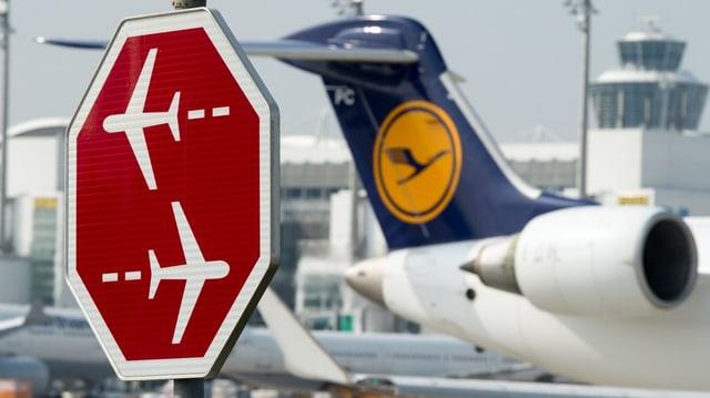 Zwei kreuzende Rollbahnen, Lufthansa-Flugzeug im Hintergrund