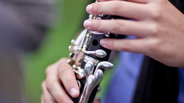 Hände an Klarinette