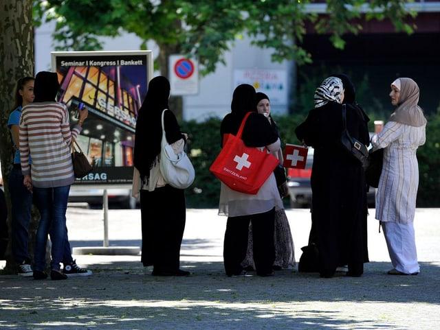 Fünf traditionell gekleidete junge Musliminnen auf der Strasse, Luzern.