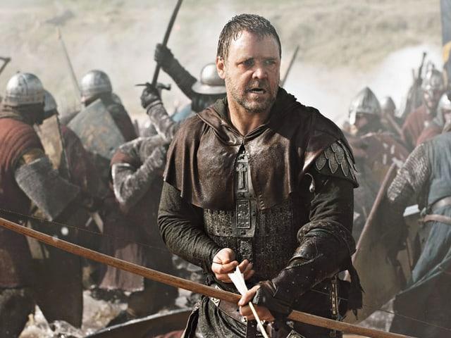 Ein Mann mit einem Pfeilbogen im Kampf.