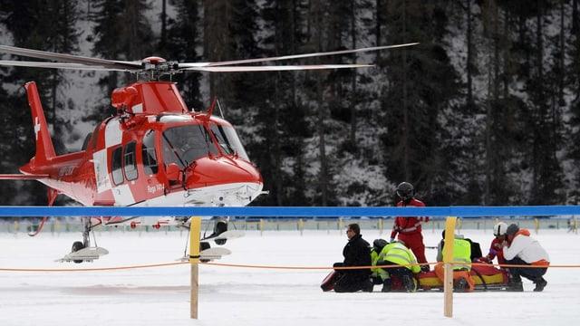 Jockey George Baker wird für den Helikopterflug ins Spital vorbereitet.