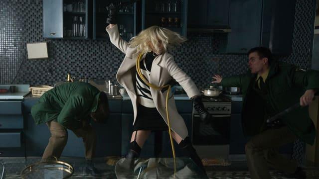 Lorraine Broughton kämpft in «Atomic Blonde» mit zwei Polizisten.