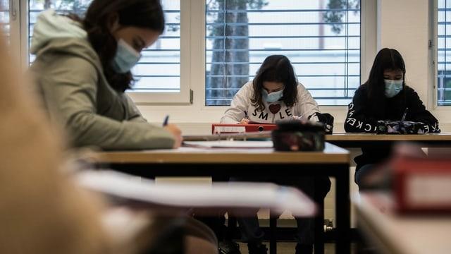 Schülerinnen im Schulzimmer am Arbeiten.