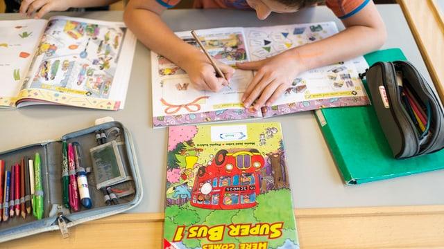 Schüler schreibt in ein Heft.