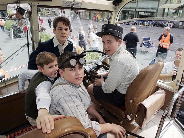 Jungs im Auto während den Dreharbeiten zum Film «Mein Name ist Eugen».
