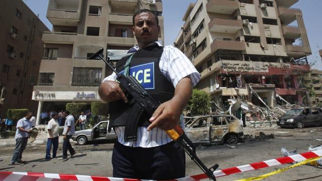 Ein Polizist in Kairo bewacht einen Anschlagsort nach einer Bombenattacke. (reuters)