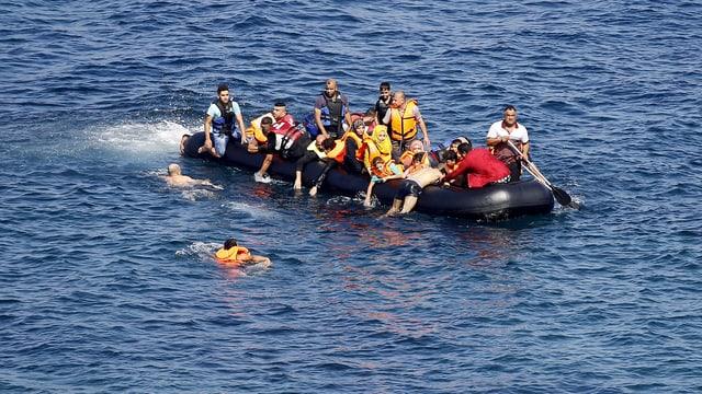 Flüchtlinge sitzen in einem völlig überfüllten Gummiboot im Mittelmeer. (reuters)