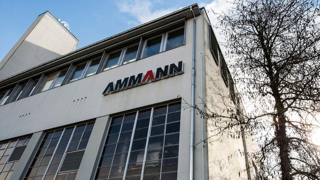 Fabrikgebäude der Firma Ammann mit Firmenlogo in Langenthal