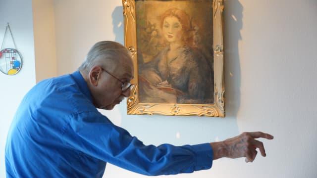 Edward Engelberg, aufgenommen vor dem «Schwestergemälde» des verschollenes Bildes in seinem Wohnzimmer in Portland.
