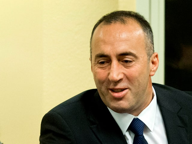 Ramush Haradinaj begrüsst per Handdruck einen anderen Mann