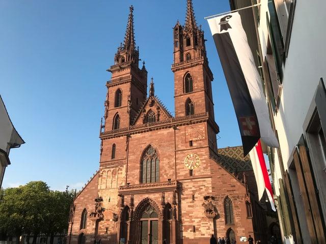 Das Basler Münster im Sonnenuntergang.