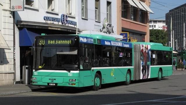 Wartender BVB-Bus an der Haltestelle.