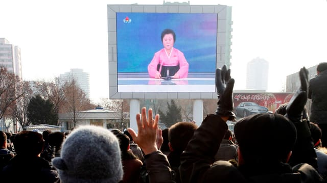 Purtret d'in visur sin ina plazza a Corea dal Nord che mussa in emettur statal.