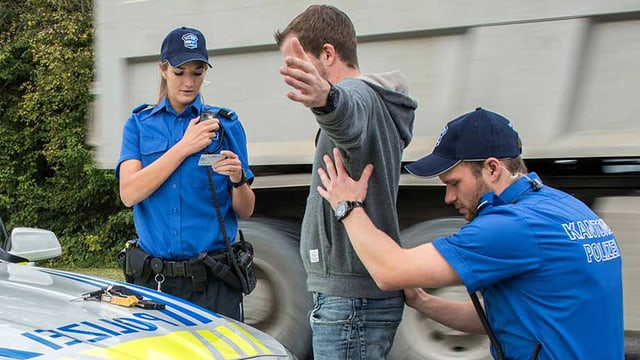 Polizisten bei einer Personenkontrolle