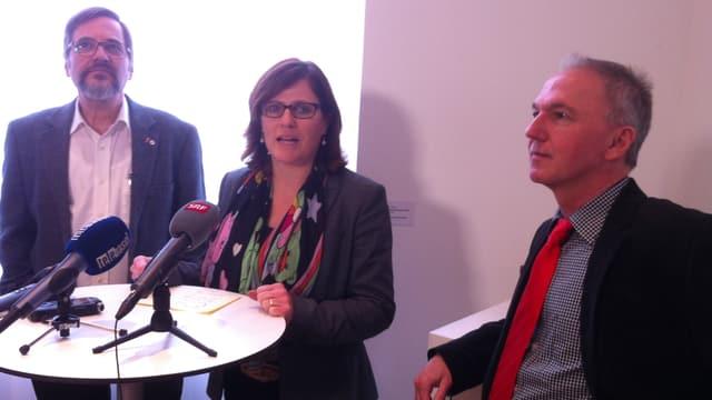 Drei personen an einer offensichtlich imporvisierten Medienkponferenz: Daniel Altermatt, regina Werthmüller und Jürg Wiedemann stehen vor einem kleinen Stehtisch, auf welchem viele Mikrophone sind.