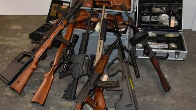 Polizei präsentiert Waffen aus dem Fund.
