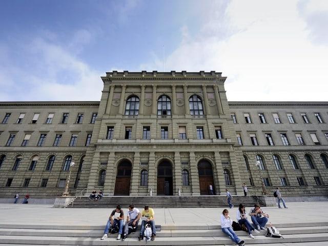 Studenten vor dem ETH-Hauptgebäude in Zürich.