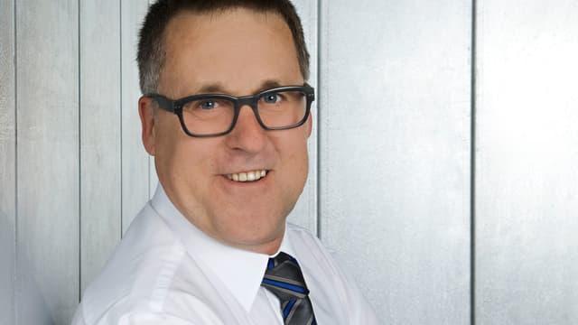 Mann mit Hemd und Brille