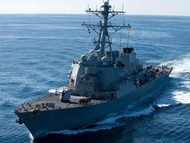 Der Lenkwaffen-Zerstörer USS John S. McCain im Wasser