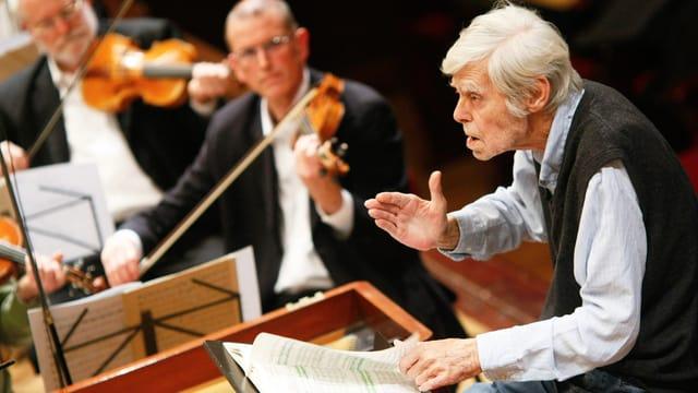 Frans Brüggen dirigiert.