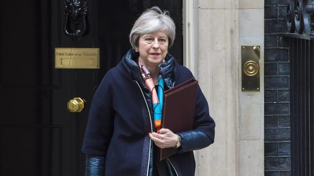 May vor der Tür von Downing Street 10.