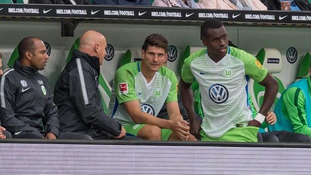 Gomez sitzt schon draussen, Dimata muss noch die Hose richten.