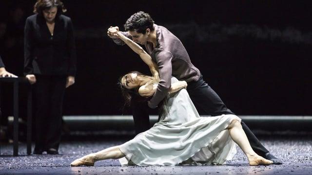 Tänzerpaar in dramatischer Tanzpose. Frau mit ausgestrecktem Arm wird von männlichem Tänzer gehalten.